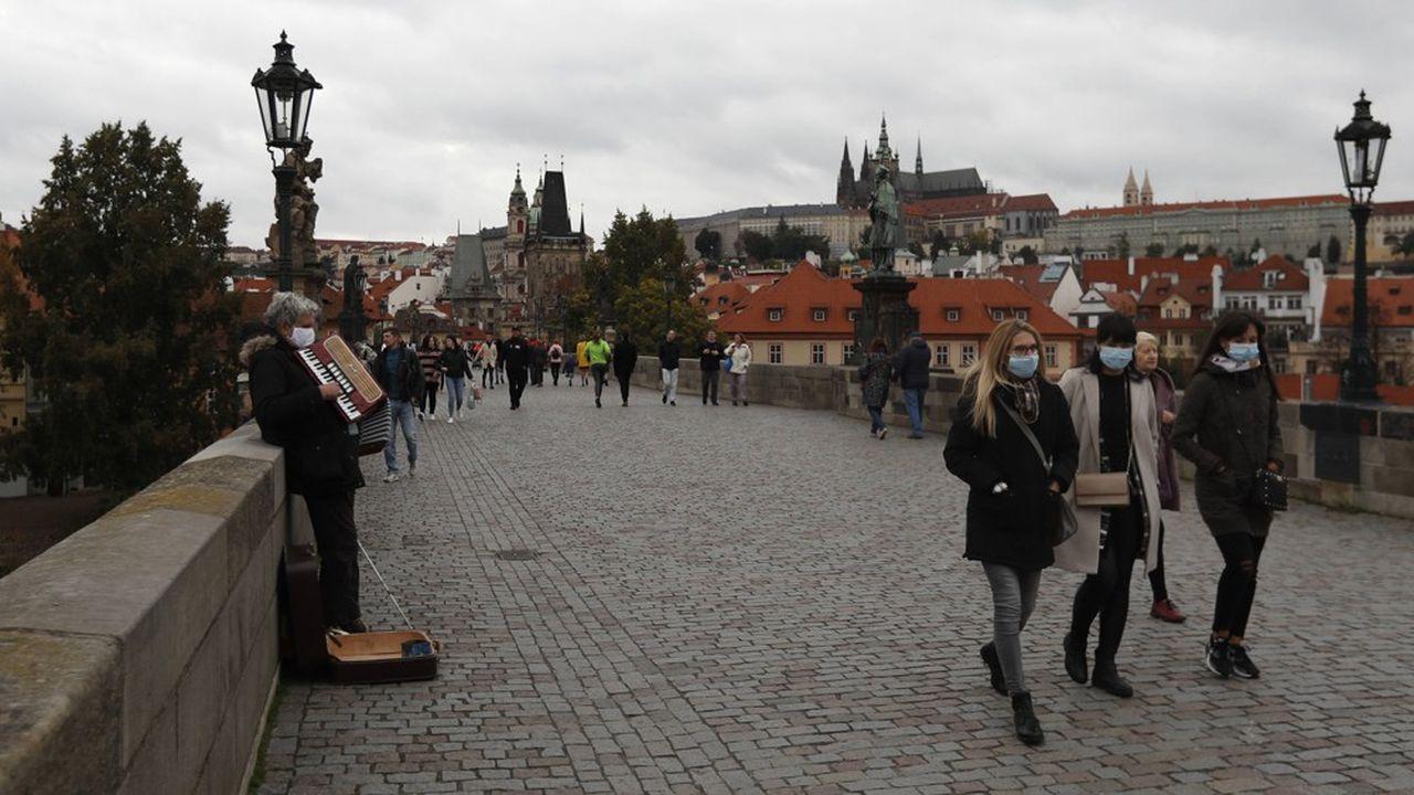 Dimanche, des promeneurs déambulaient sur le célèbre Pont Charles à Prague. En dépit de la forte hausse des contaminations, la ministre des Finances, Alena Schillerova, ne prévoit pas de reconfinement total du pays.