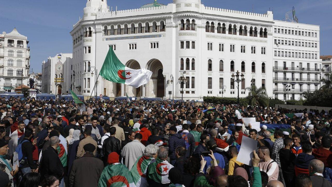 Depuis le premier anniversaire, commémoré ici devant la grande poste d'Alger en février dernier, du début du soulèvement populaire qui a abouti à la chute du président Bouteflika, la contestation faiblit en raison des conséquences du Covid et de l'arrestation de nombreux militants par le régime.