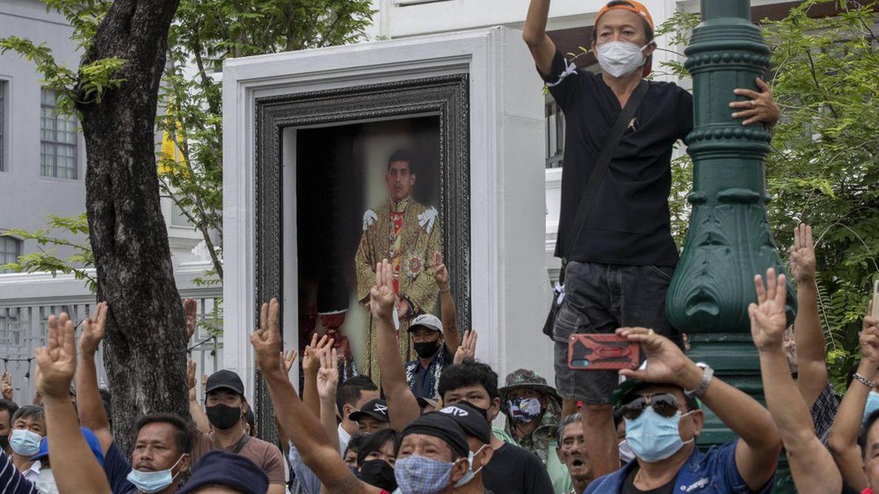 Depuis 2017, la constitution permet au roi de Thailande de résider à l'étranger sans avoir besoin de nommer un régent pendant son absence
