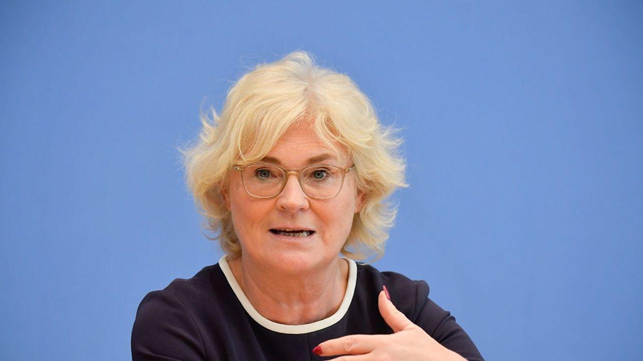 La discrète ministre allema de de la Jutice, Christine Lambrecht, a lancé un pavé dans la mare en préparant un projet de loi utilisant le féminin comme genre générique.