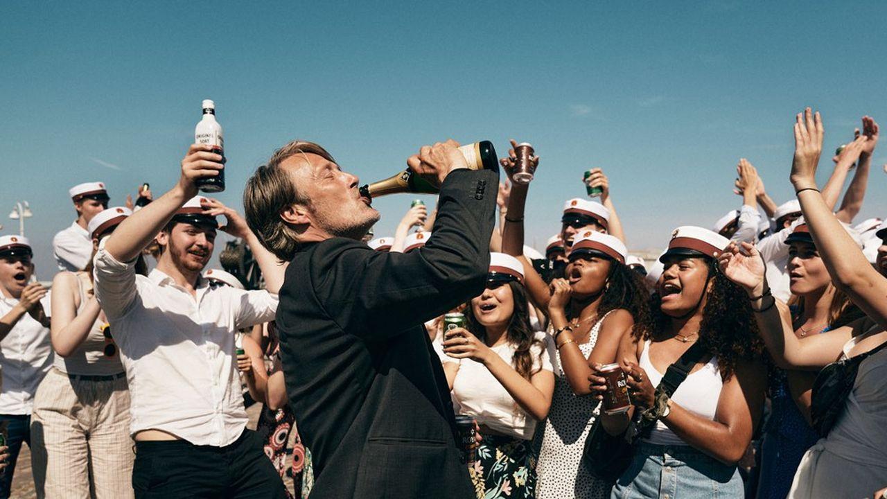 Martin (Mads Mikkelsen) et ses acolytes passent de la douce ivresse à l'ivrognerie pure et dure.