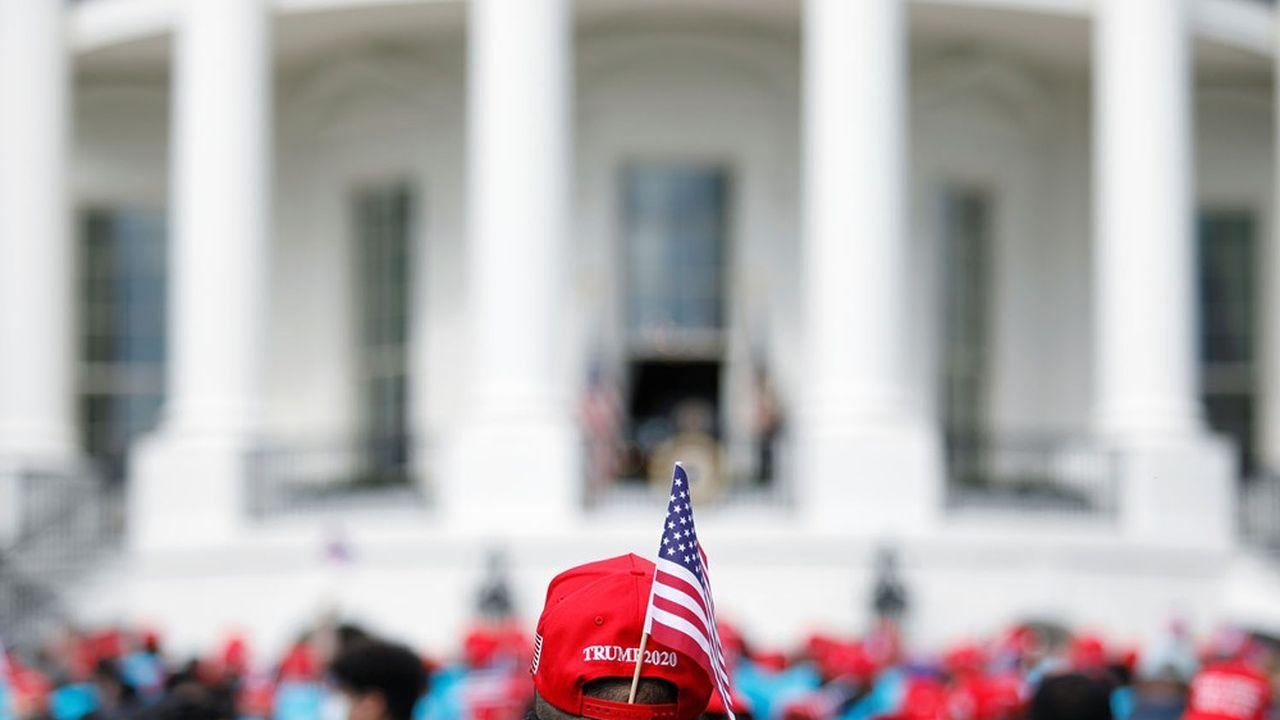 Donald Trump a l'art de mélanger les genres, notamment en tenant un discours, il y a quelques jours depuis la Maison-Blanche, qui a tout du meeting de campagne devant ses partisans.