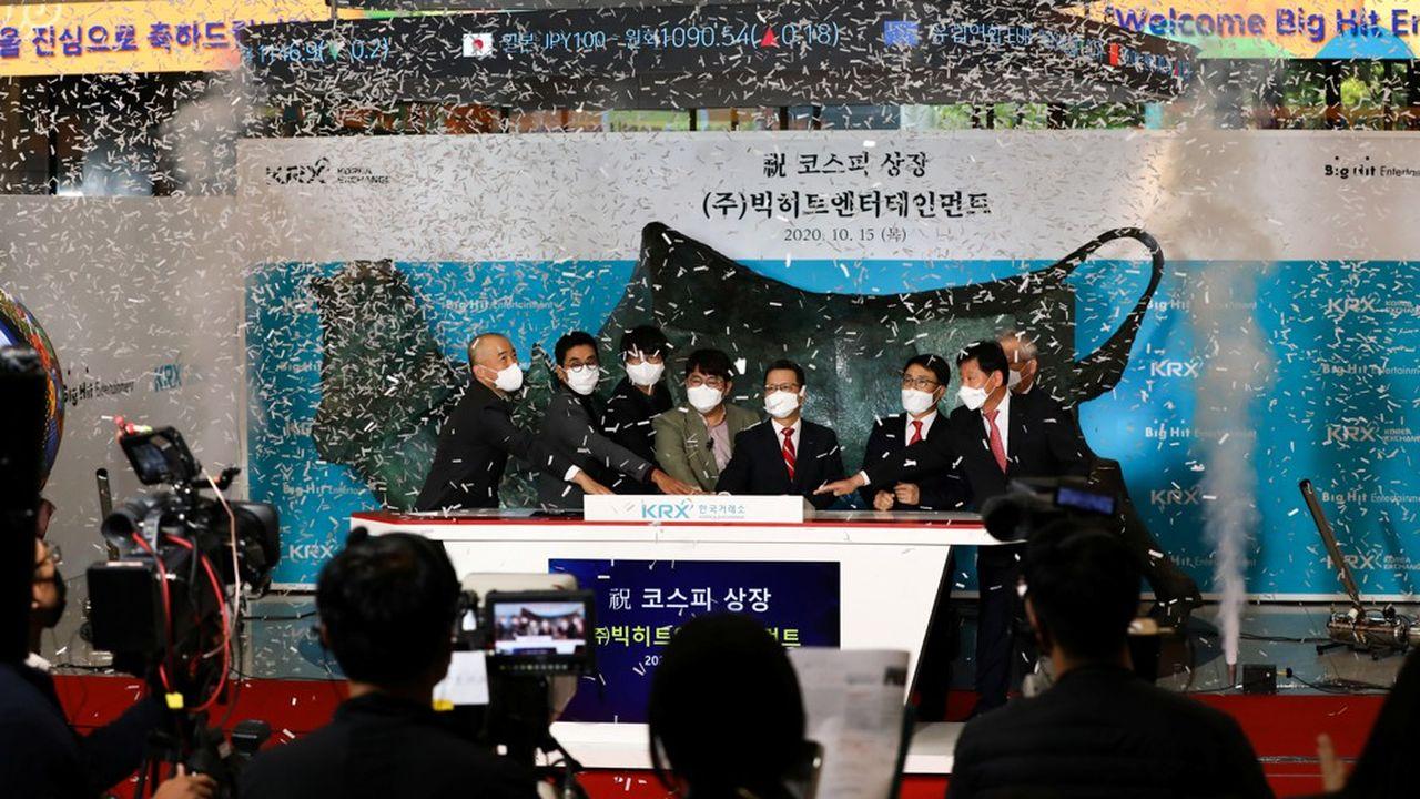 La société fondée par Bang Si-hyuk (au centre de la photo) a levé, au total, 840millions de dollars afin de financer de nouveaux projets susceptibles d'assurer son succès au-delà de BTS.
