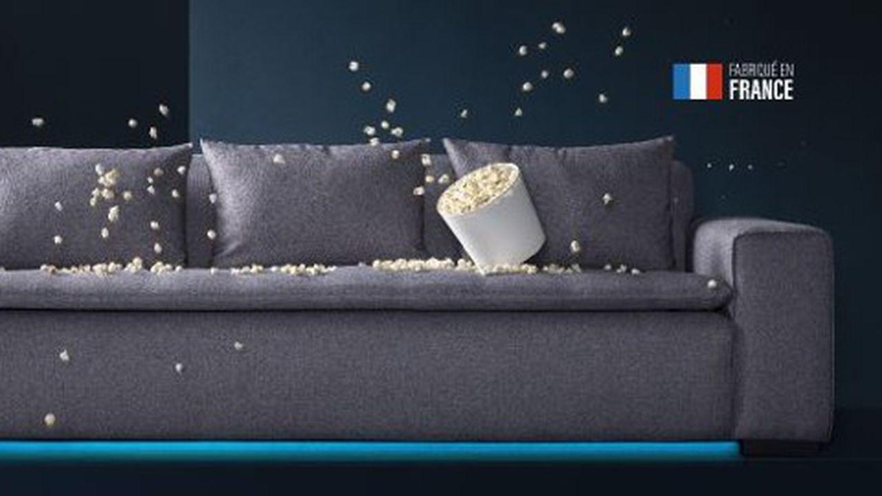 Le canapé intègre un système de vibration interactif de l'assise et de gros haut-parleurs.