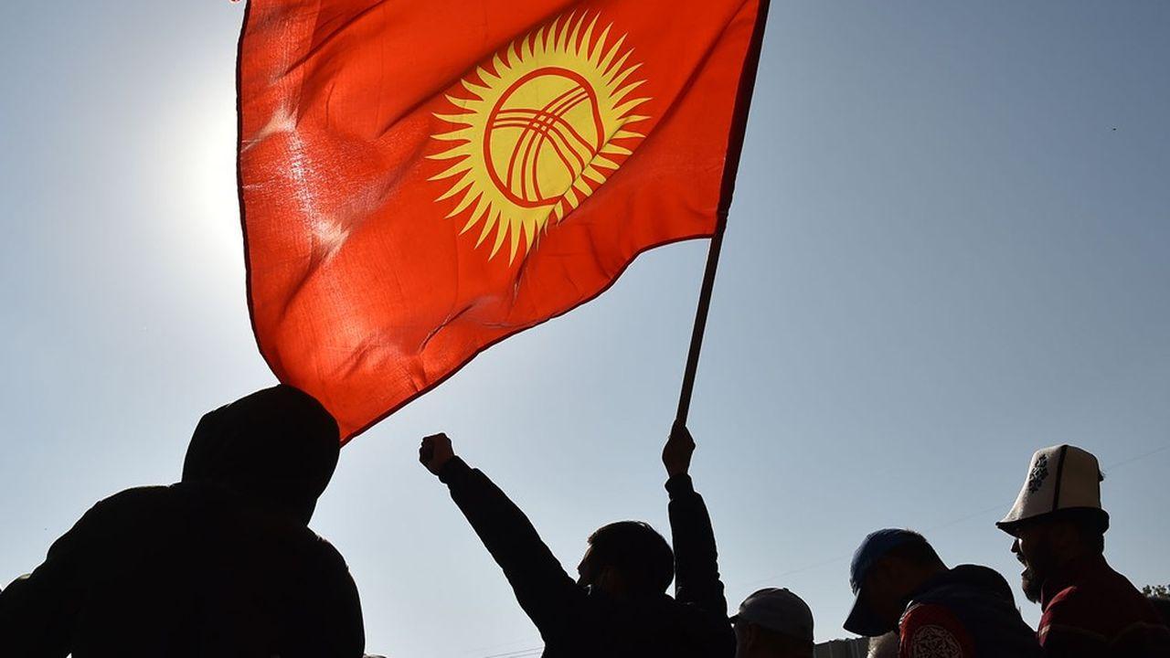 Un supporter du nouveau Premier ministre, Sadyr Japarov, agite un drapeau Kirghiz lors d'un rallye en faveur de ce dernier, le 14 octobre 2020.