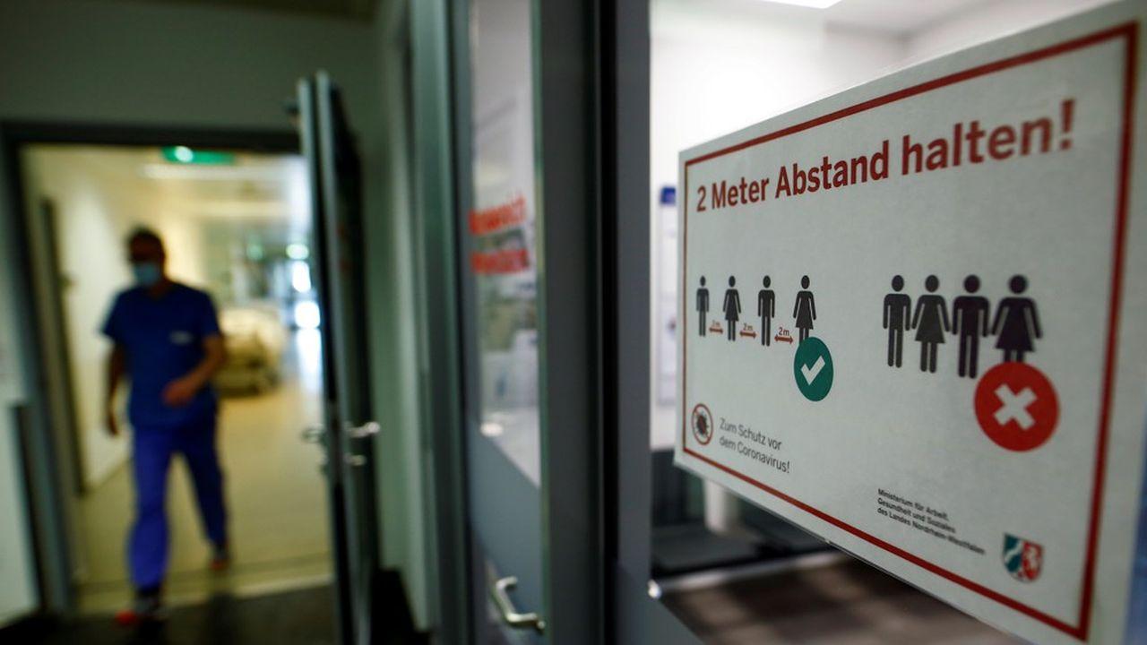 «Deux mètres de distance». Un panneau signale les mesures de distanciation sociale face au Covid-19 à l'hôpital d'Eschweiler. L'Allemagne est confrontée à une seconde vague de l'infection du virus.