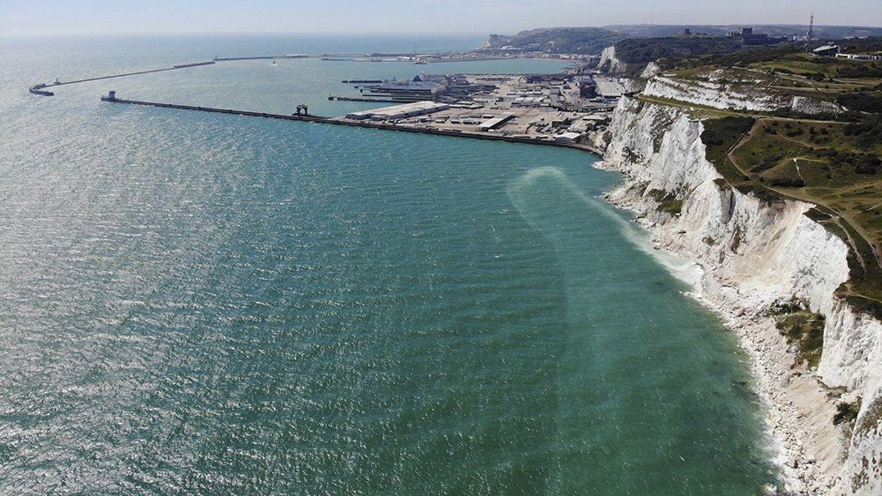 Vue du port de Douvres, par où transitent chaque jour 7000 camions.
