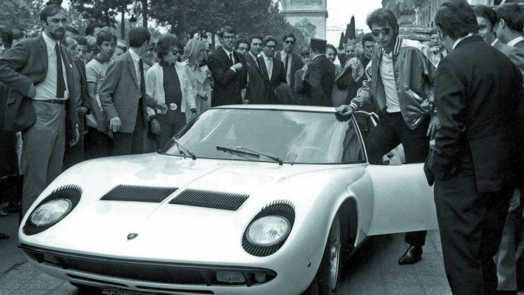 Johnny Hallyday et sa Lamborghini Miura à Paris en 1967.