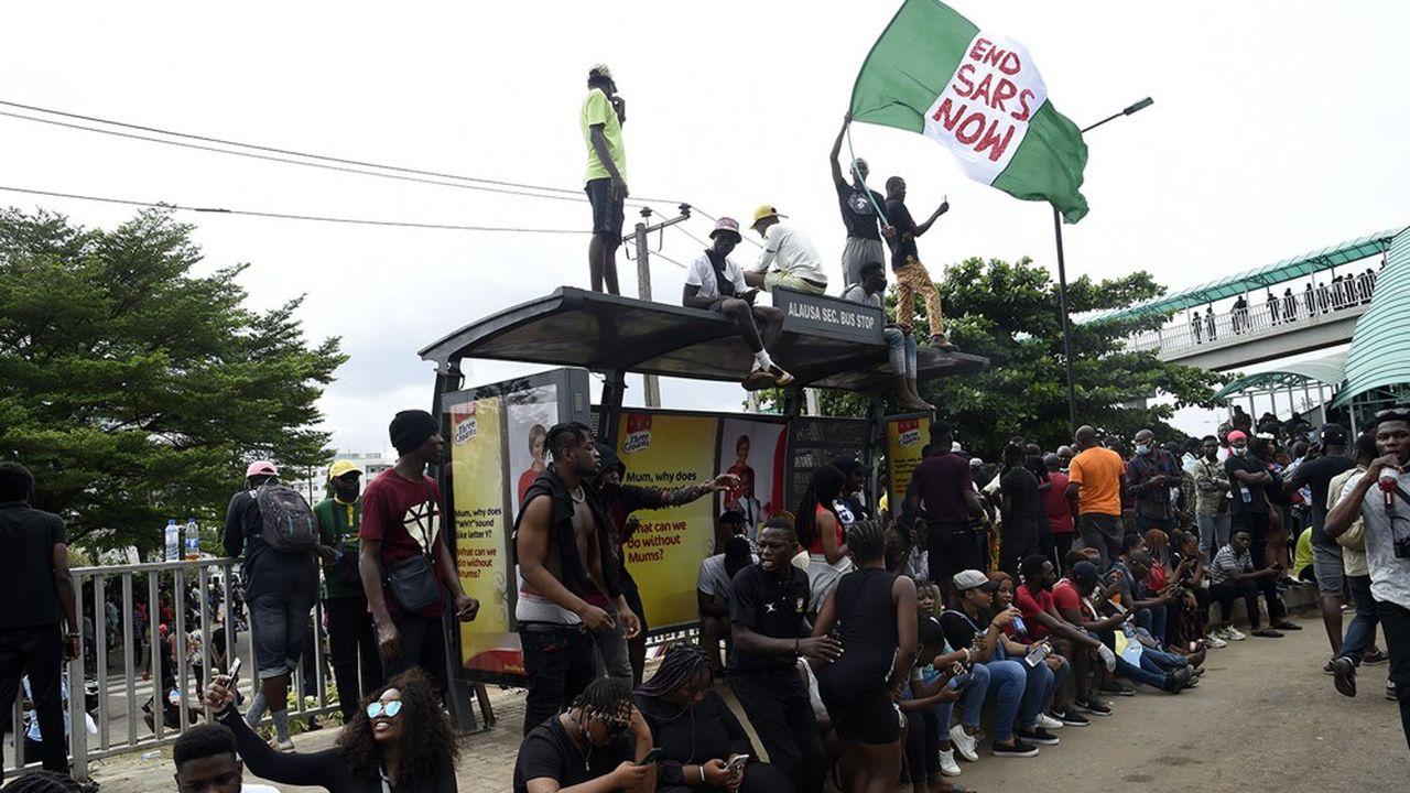 Au Nigéria, des manifestations de jeunes de tout milieu social contre les violences policières de poursuivent depuis lundi, bloquant notamment les principaux axes de Lagos, la capitale.