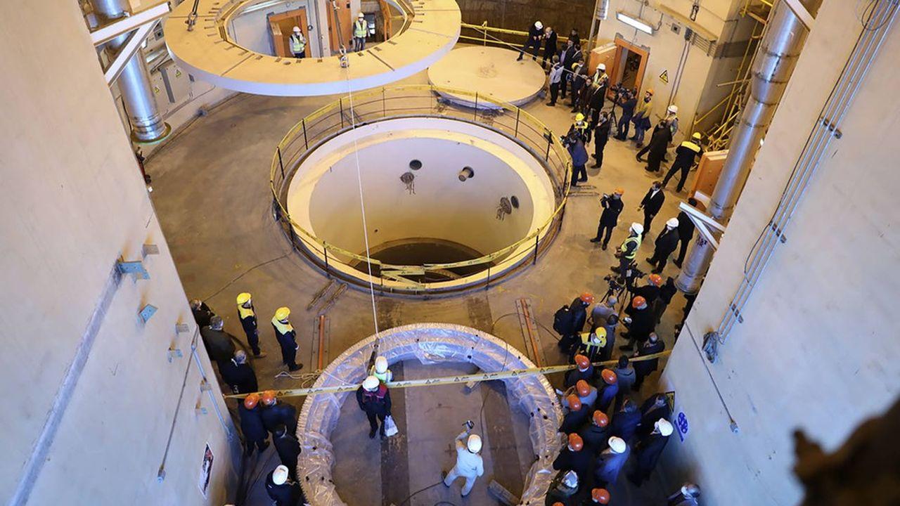 Des techniciens s'activent pour la construction du réacteur nucléaire à eau lourde, à Arak, censé produire de l'électricité non loin de Téhéran.