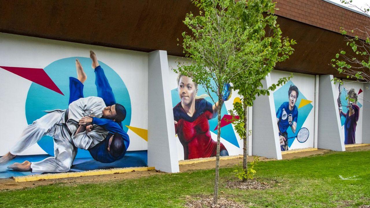 Le peintre a travaillé durant plus d'un mois pour représenter chacune des neuf disciplines pratiquées au sein du complexe sportif.