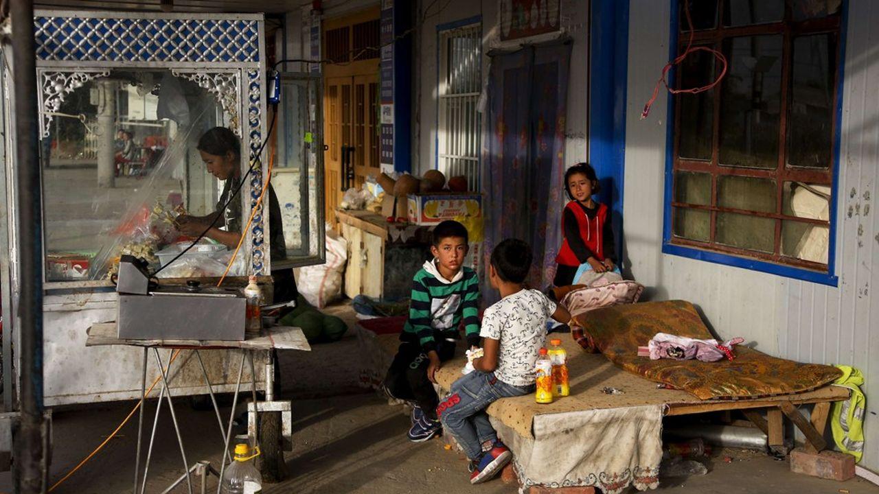 La minorité ouïgoure, qui compte 12millions de personnes essentiellement musulmanes et vivant pour la grande majorité dans le Xinjiang, est victime de persécutions de la part du gouvernement chinois.