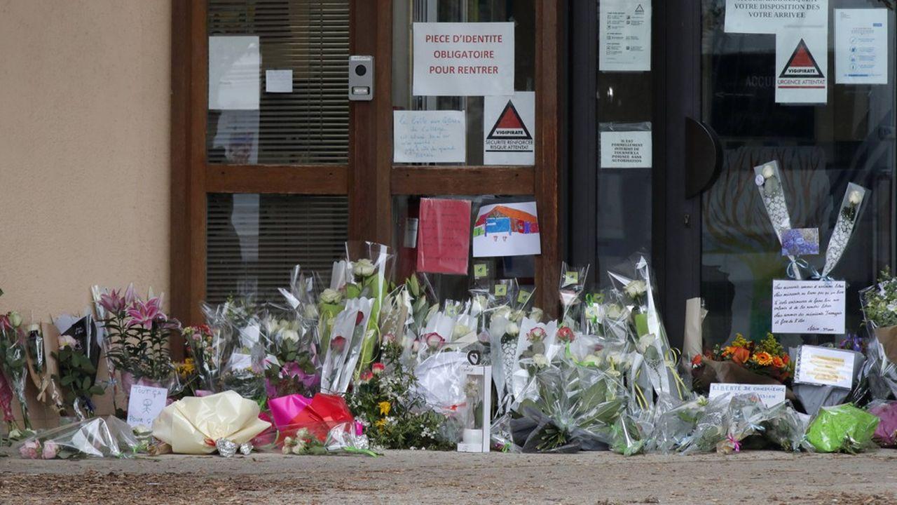 Devant le collège où enseigner la victime, des centaines de fleurs ont été déposées.