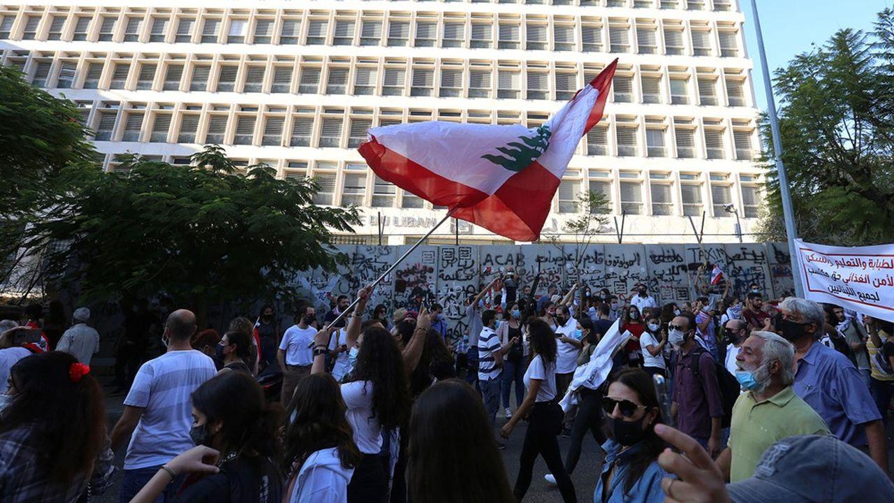 Les Libanais ont manifesté samedi devant le siège de la Banque centrale du Liban lors de la commémoration du soulèvement du 17octobre 2019.