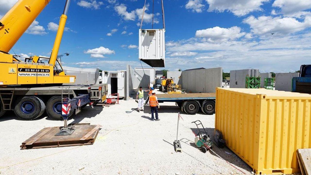 Sur le site de Vingeanne, à Fontenelle en Côte-d'Or, les dix conteneurs accueillant les batteries ont été installés pendant l'été.