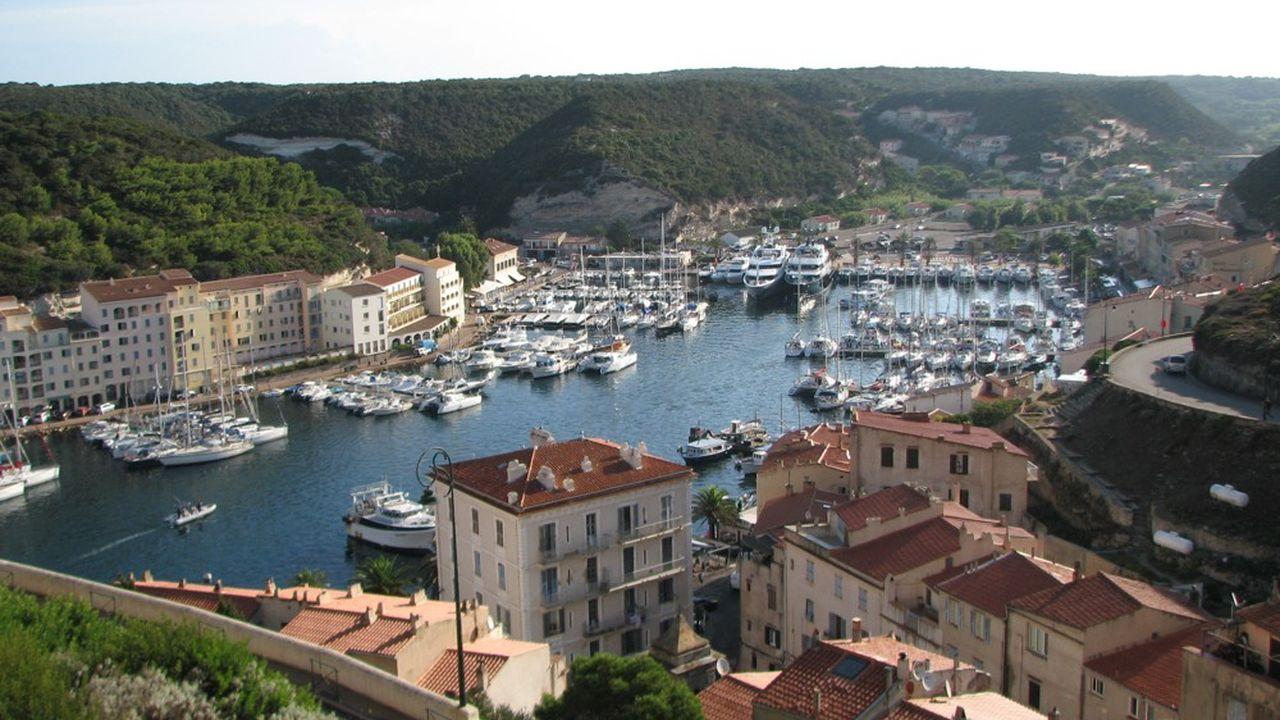Le port de Bonifacio. L'économie de l'île dépend à 30% du tourisme et des transports.