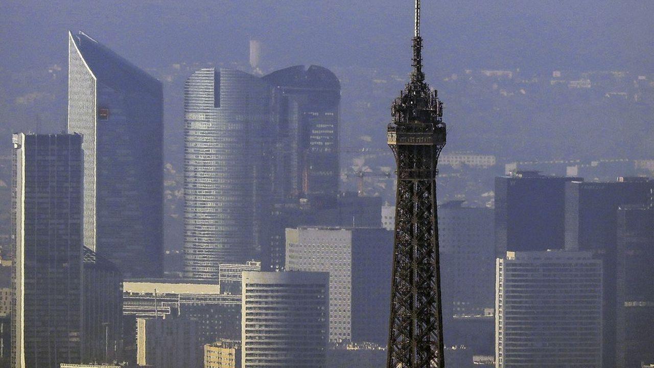 Architecture, urbanisation dans le Paris intra-muros. La tour Eiffel et les tours du quartier d'affaires, tours, sièges sociaux de la Défense.