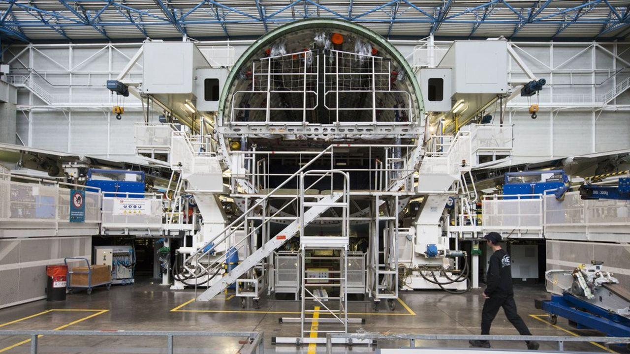 La région accompagne les filières touchées par la crise en lançant des plans d'action dans l'aéronautique (100 millions d'euros).