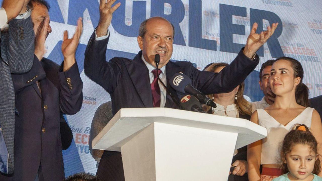 Ersin Tatar célèbre sa victoire dimanche à Nicosie. Il a déjoué les pronostics en remportant l'élection présidentielle contre Mustafa Akinci, le président sortant de l'autoproclamée République de Chypre-Nord