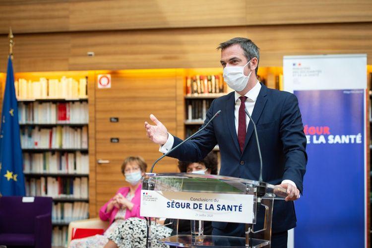 Olivier Véran (avec Nicole Notat et Frédérique Vidal au second plan) lors de la séance de clôture de l'assemblée générale du «Ségur de la Santé» le 21juillet 2020.