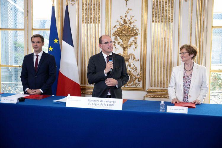 Olivier Véran, Jean Castex et Nicole Notat lors de la cérémonie de signature des accords salariaux du «Ségur de la Santé».