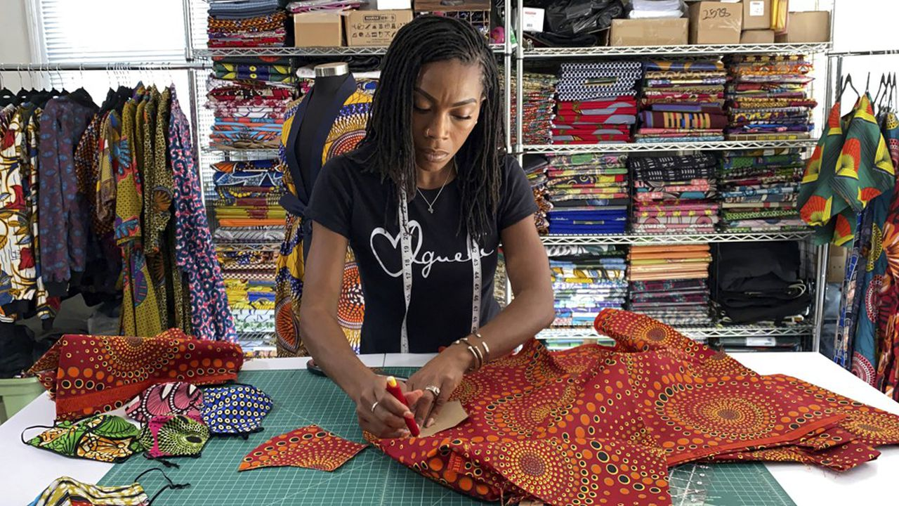 Iguehi James a créé une boutique de mode à Oakland en Californie, où elle fabrique des masques, grâce à une subvention de 5.000dollars de la chambre de commerce afro-américaine octroyée pour aider les start-up pendant la pandémie de Covid-19.
