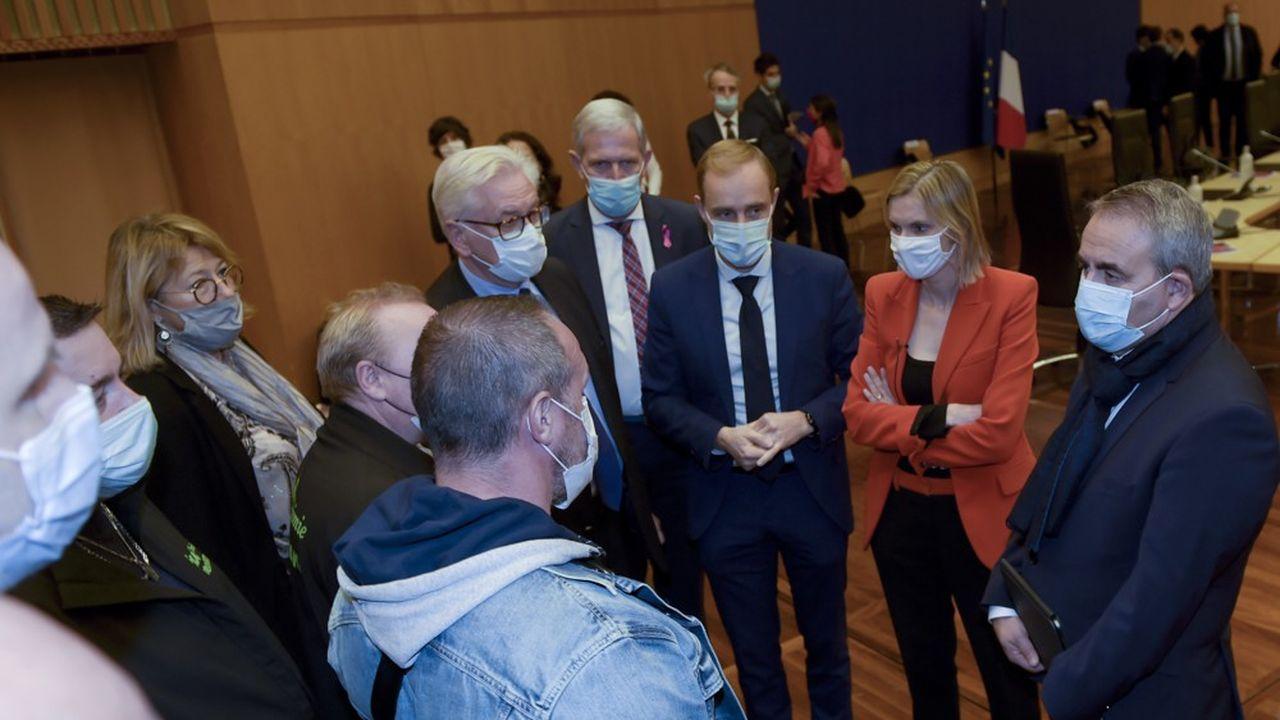 La ministre déléguée à l'Industrie, Agnès Pannier-Runacher (à droite), a présenté lundi lors d'une réunion à Bercy avec les élus et les représentants des salariés un «scénario» qui permettrait la sauvegarde de 460 à 560emplois chez Bridgestone Béthune.