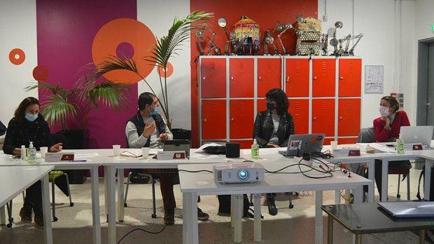A Montreuil, dans les locaux de l'incubateur. Deux jurys étaient répartis dans deux salles différentes. De gauche à droite : Virginie Bekkali (responsable de projet engagement RSE chez BNP Paribas), Ghaees Alshorbajy (ancien incubé et fondateur de Kaoukab), Frédérique Maléfant (déléguée générale The Human Safety Net) et Sophie Vannier (cofondatrice de La Ruche).