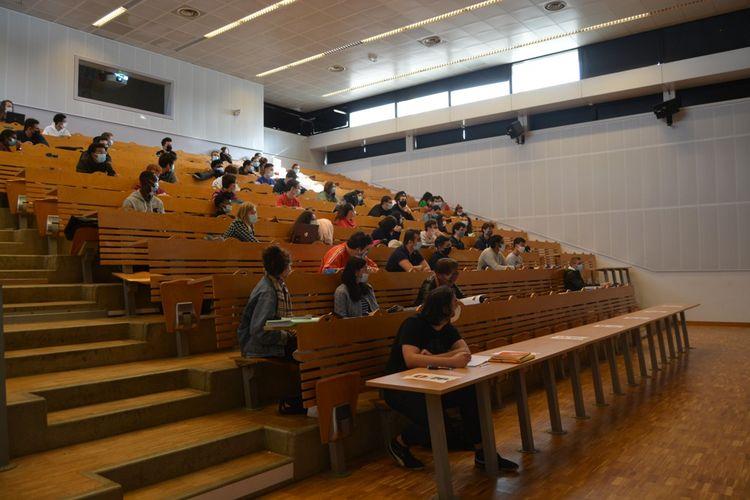 A Polytech, l'école d'ingénieurs de l'université Paris-Saclay, les étudiants masqués respectent un siège sur deux d'écart.