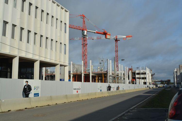 Sur le plateau de Saclay, la faculté de pharmacie en construction.