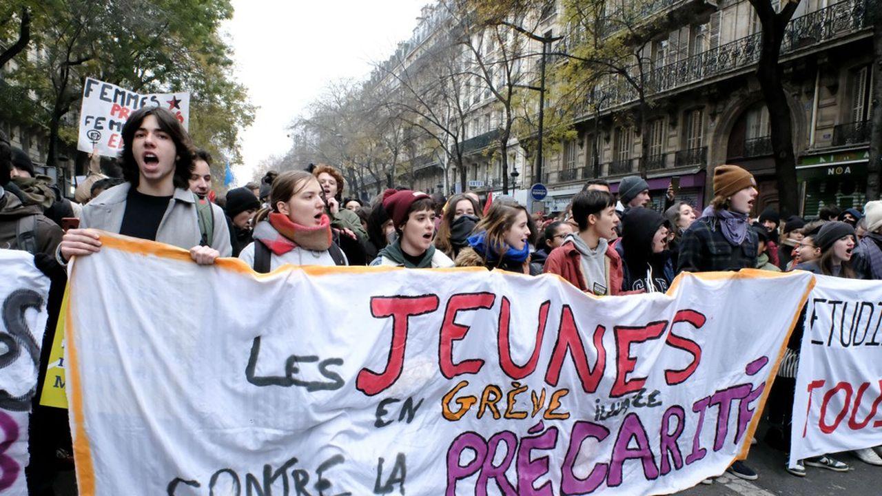 Jeunes qui manifestent contre la précarité étudiante le jeudi5 décembre 2019 à Paris.