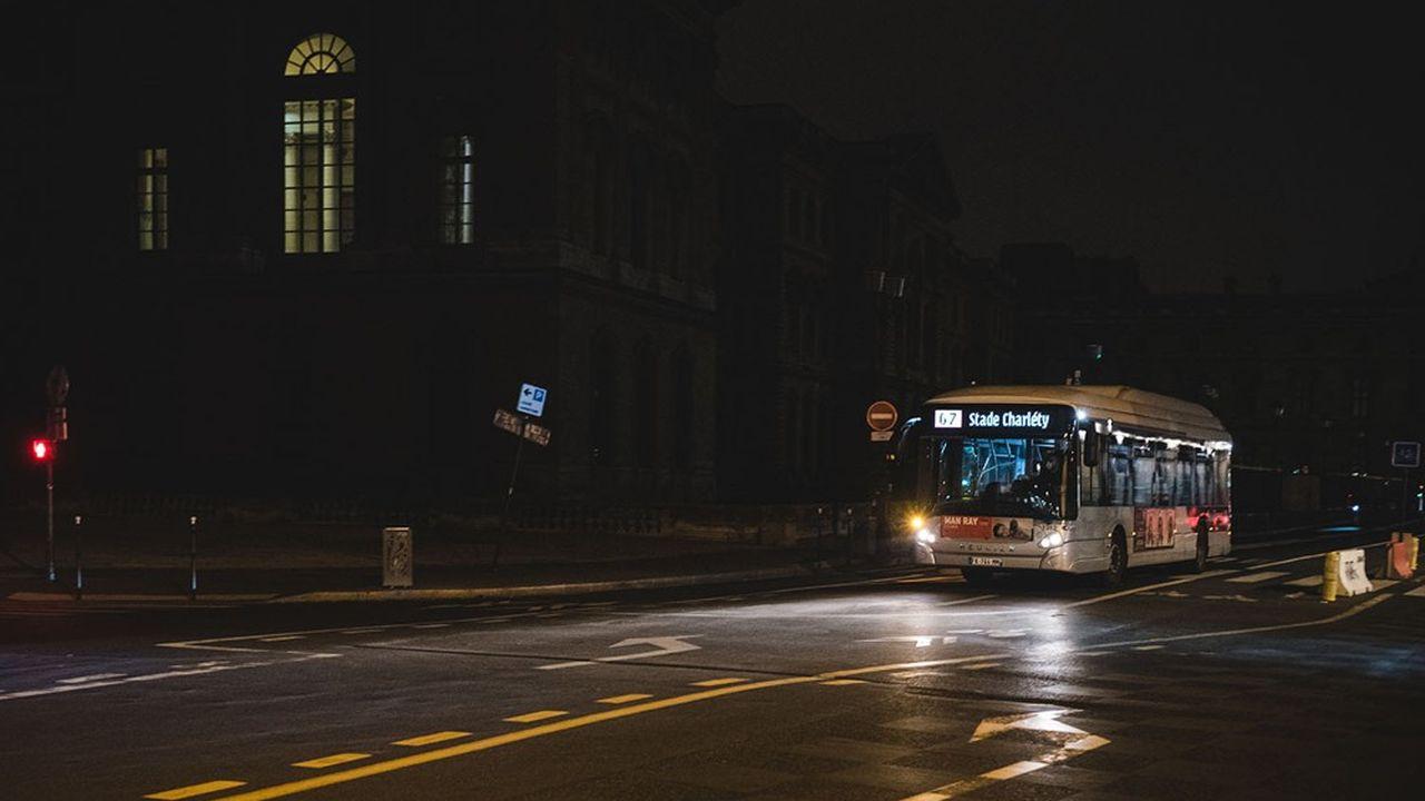 Les bus parisiens roulent comme d'habitude entre 21heures et 6heures du matin, mais ne transportent quasiment personne.