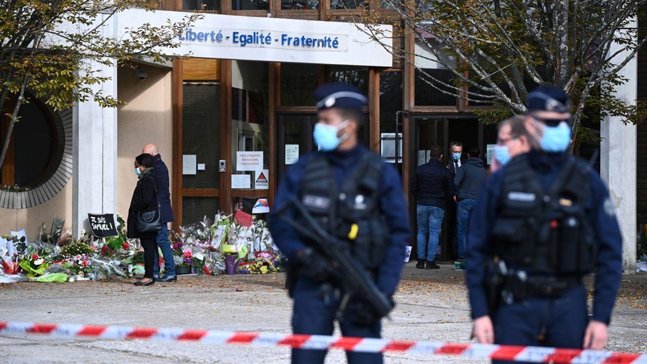 Une semaine après la mort de Samuel Paty, l'émotion reste intacte en France.