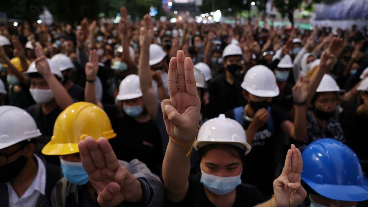 Pendant que le Premier ministre s'adressait à la Nation, quelque 7.000 manifestants protestaient non loin de la Maison du gouvernement.