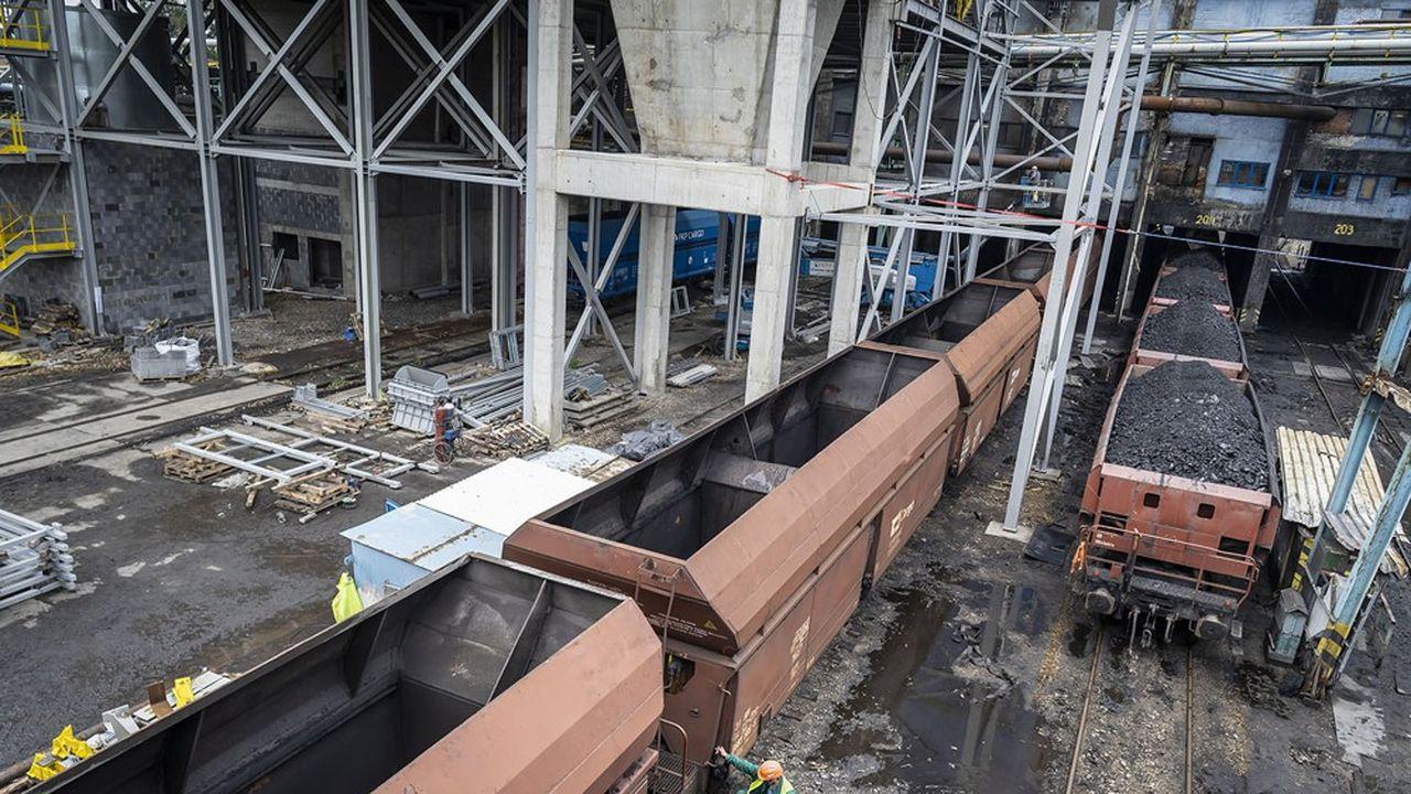 Le 25septembre dernier, le gouvernement polonais a signé avec les syndicats un accord qui acte la fermeture définitive des mines de charbon en 2049. Le gouvernement s'est engagé à garantir jusqu'à cette date les revenus des mineurs. Les bassins houillers emploient aujourd'hui plus de 80.000 mineurs.
