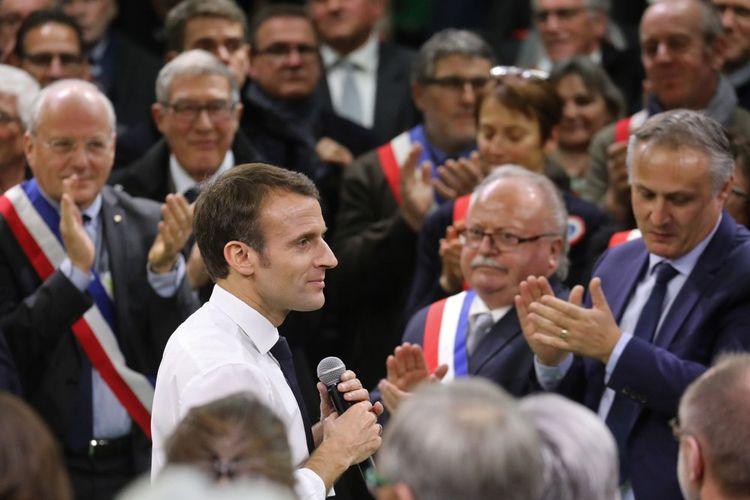 Emmanuel Macron dans une série de face-à-face marathoniens avec les maires