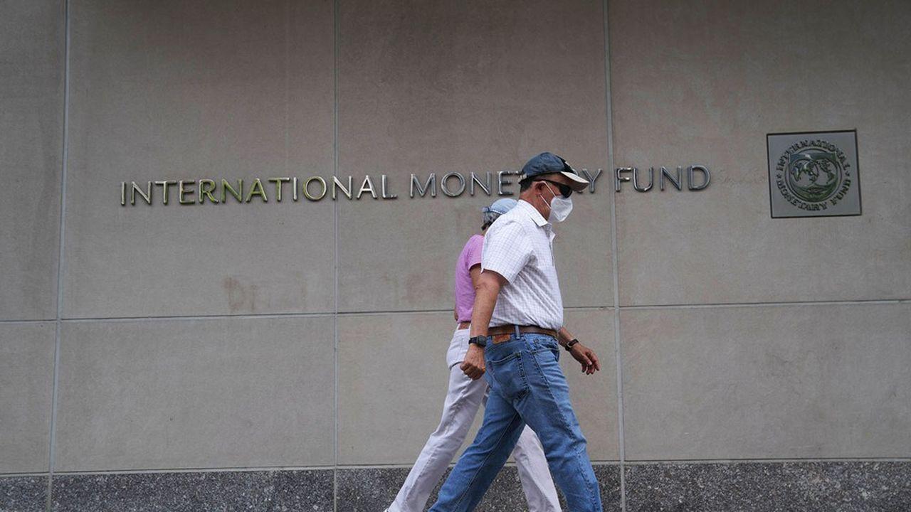 «Non seulement, le FMI félicite les gouvernements pour avoir versé des aides aux ménages et aux entreprises sans compter (...), mais il ajoute qu'il faut les maintenir « aussi longtemps qu'il le faudra ».