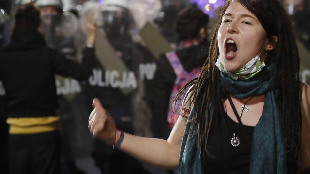 Les femmes polonaises sont descendues dans la rue vendredi pour demander la démission du gouvernement après la décision du Tribunal constitutionnel. Mais les mesures sécuritaires prises contre le Covid ont limité la capacité de mobilisation des protestataires.