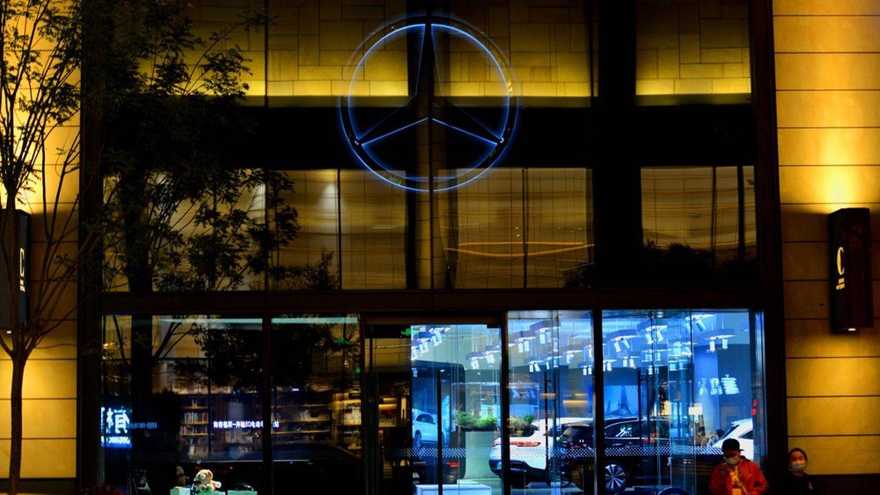 Au troisième trimestre, Mercedes a vendu en Chine près de 225.000 voitures particulières, soit une progression de 22% sur un an, tandis que ses ventes ont reculé de respectivement 5% et 9% en Europe et aux Etats-Unis.