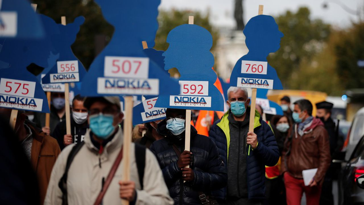 Des employés de Nokia manifestent contre le plan social lors d'un rassemblement à Paris le 7octobre 2020.