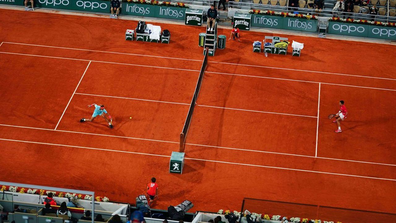 Marquée par le 13e sacre d'un impressionnant Rafael Nadal, impérial en final face au numéro un mondial Novak Djokovic (notre photo), l'édition 2020 de Roland-Garros n'a pas été la grande fête habituelle du fait de la limitation du public: 15.000 personnes au total, à comparer à 519.000 en 2019.