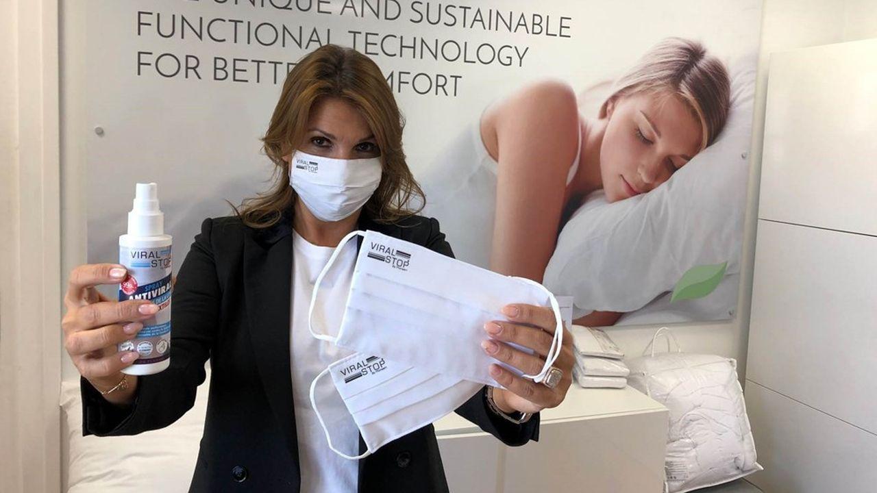 La biochimiste Nathalie Hagege, fondatrice et présidente de Proneem, avec un masque imprégné de son actif, ViralStop.