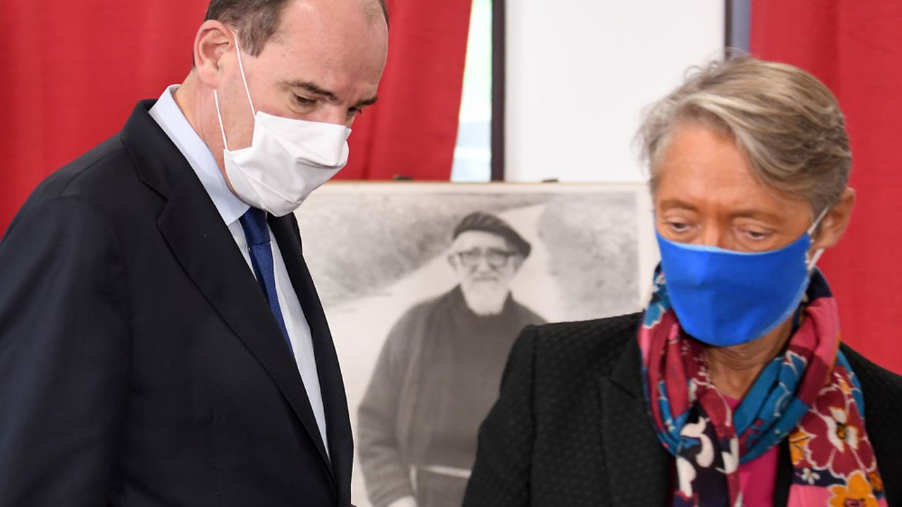 Jean Castex et la ministre du Travail, Elisabeth Borne, en visite dans un centre Emmaüs à Epinay-sur-Orge (Essonne), ce samedi.