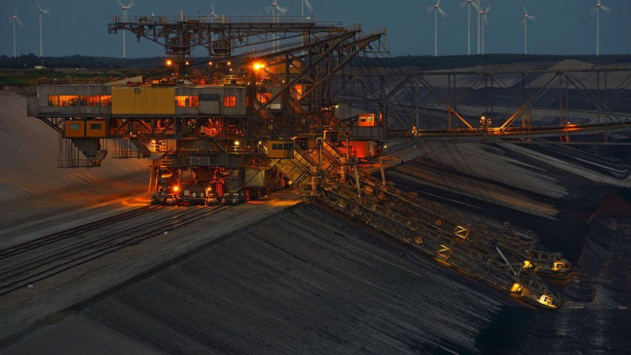 Les producteurs d'énergies fossiles ont longtemps compté parmi les plus grandes capitalisations mondiales. Mais aujourd'hui, ils peinent à se maintenir au sein des principaux indices boursiers.