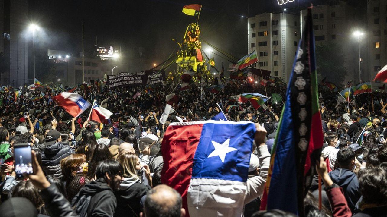 Les partisans du changement de Constitution ont manifesté leur joie dimanche à Santiago.