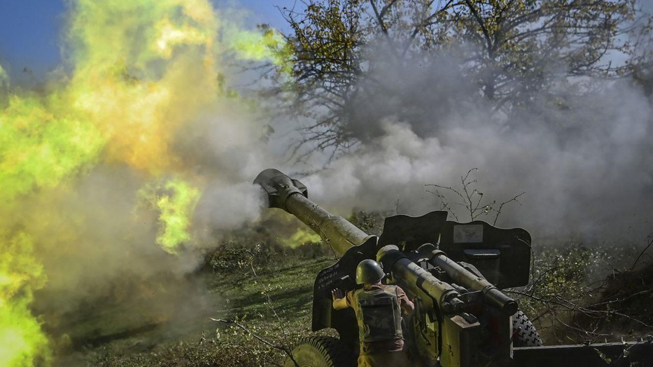 Un tir d'artillerie des forces arméniennes sur la ligne de front de la guerre opposant les Arméniens et les forces azéries dans la région du Haut Karabach qui a déjà fait un millier de victimes.