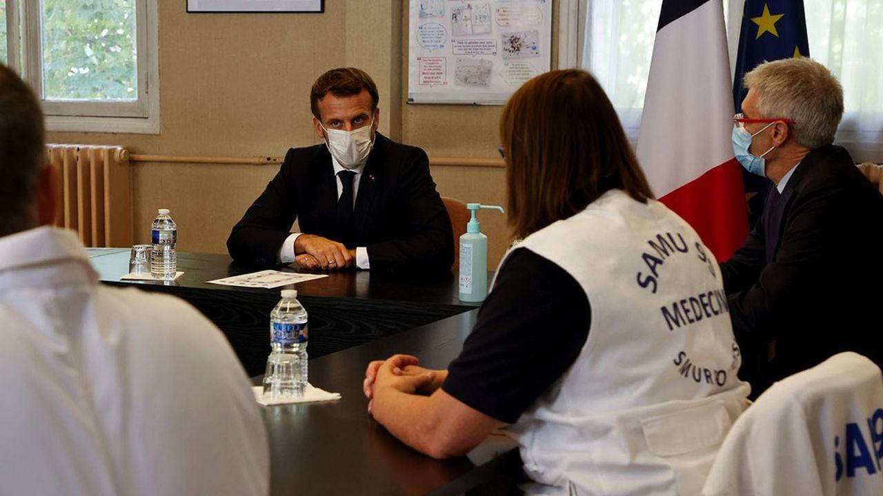 En déplacement vendredi dernier à l'hôpital de Pontoise, Emmanuel Macron en a appelé à la responsabilité des Français. Mais de nouvelles mesures restrictives pour lutter contre la deuxième vague vont être prises cette semaine.