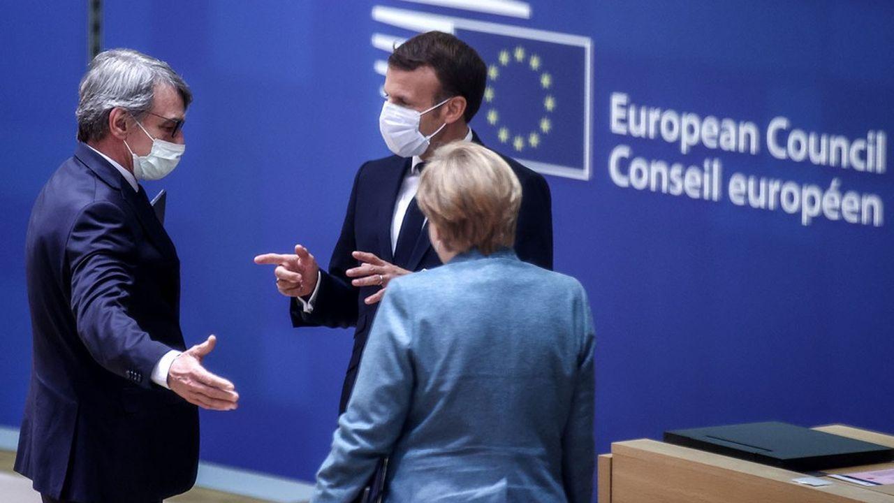 David Sassoli, le président du Parlement européen, Emmanuel Macron, le président français, et Angela Merkel, la chancelière allemande lors d'un conseil européen le 15 octobre 2020.