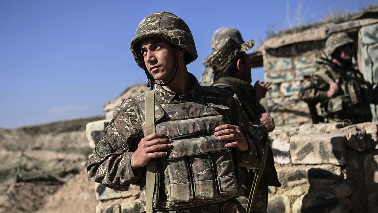 Des soldats arméniens en position sur la ligne de front le 25octobre 2020, pendant les combats en cours entre les forces arméniennes et azerbaïdjanaises dans la région sécessionniste du Haut-Karabakh.
