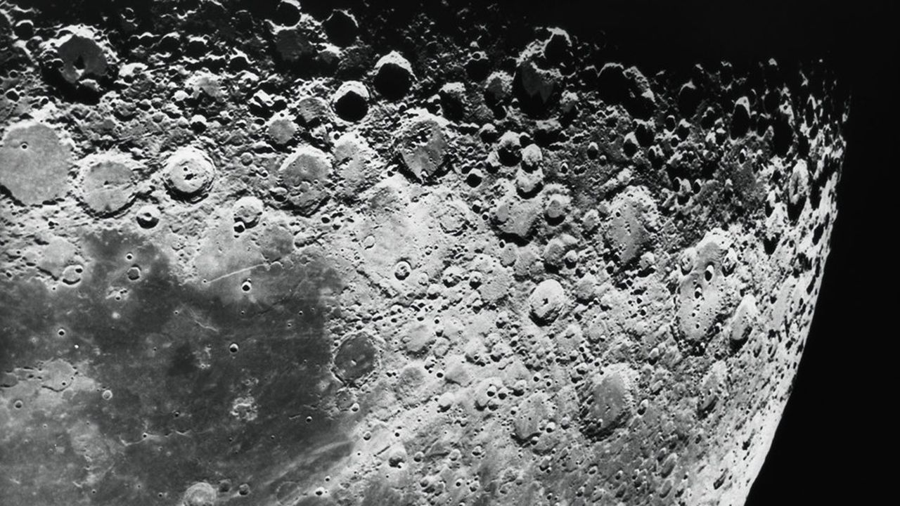 De l'eau sous forme de glace serait présente dans une multitude micro-cratères de la taille d'une pièce de monnaie.